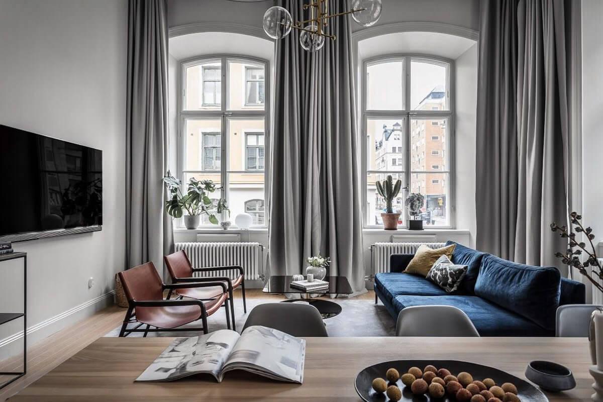 Một bộ ghế Sofa màu xanh giữa tông xám, vừa tạo điểm nhấn, vừa trung hòa màu sắc